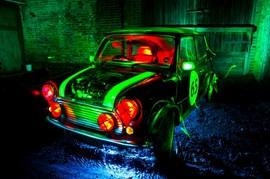 ミニを緑と赤と紫のライトでペイント